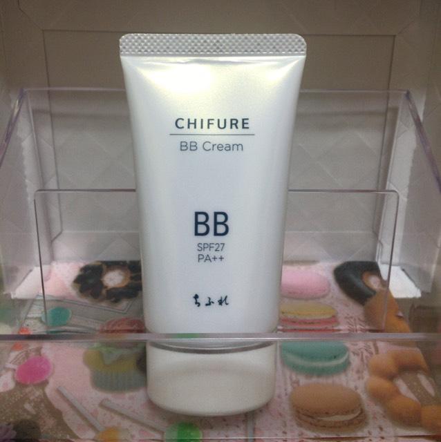 BBクリームを塗ってスポンジで余分なBBクリームを取ります。