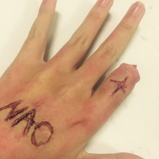 傷口の周りを赤リップや アイブロウパウダーなどで 汚して指切断メイクの完成です!