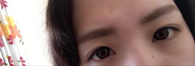 次は眉毛。 私は顔が左右不対象で眉毛の位置も違います( ;_; ) なんとなく両方平等に見える様に セザンヌのパウダーアイブロウ ソフトブラウンの薄い色の方で眉頭から眉尻の手前まで埋めます。 眉尻は慎重に濃い方の色を塗ります。足りない部分も上手く足します。 仕上げにヘビーローテーションカラーリングアイブロウ 03アッシュブラウンを塗ります。