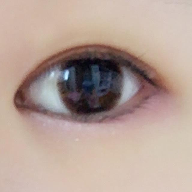 ラメラメの白シャドウで目頭から黒目の真ん中まで涙袋をつくるように塗ります  ここでもっとうるうるさせたい方は…