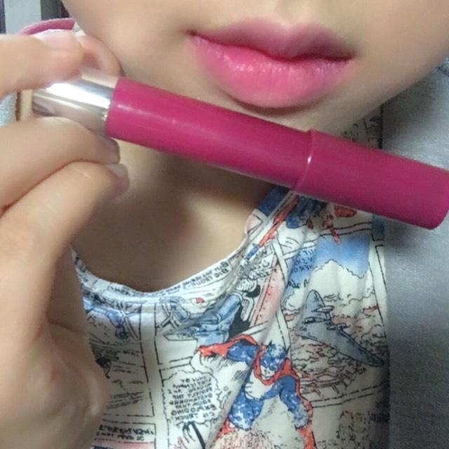 リップはレブロンクレヨンリップを唇の内側に塗って指でにじませる。