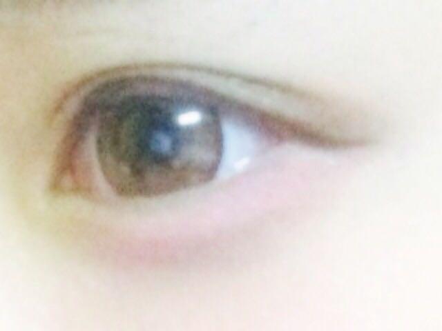 【 アイライナー 】アイライナーはまつげの間を埋めるように書いて 目尻は下に流すように書きます!! アイライナーはブラウンなどの色で書くのがオススメ!