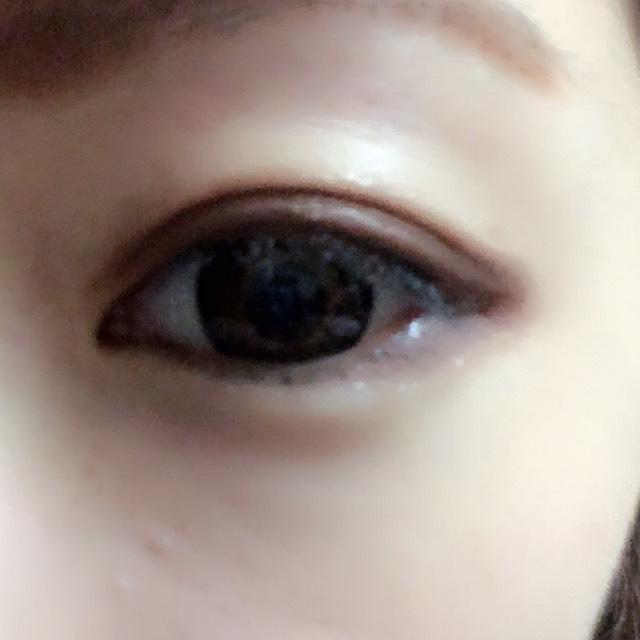 目尻にも、アイシャドウの濃い色をのせて、ぼかします。