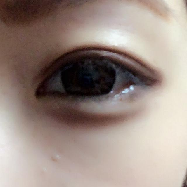 涙袋の下の部分にアイシャドウの濃い色をのせて、目立たない程度にぼかします。