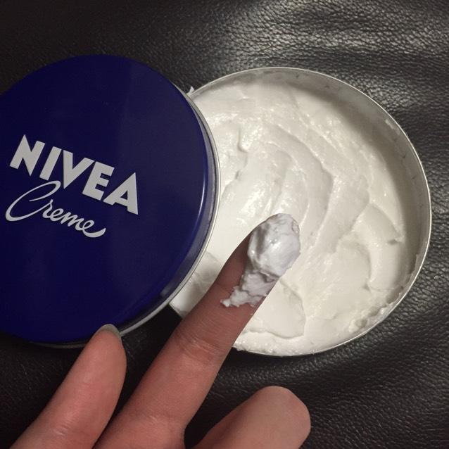 そして手にニベアを取り、両手にニベアを伸ばして容赦なく髪の毛に塗っていきます。