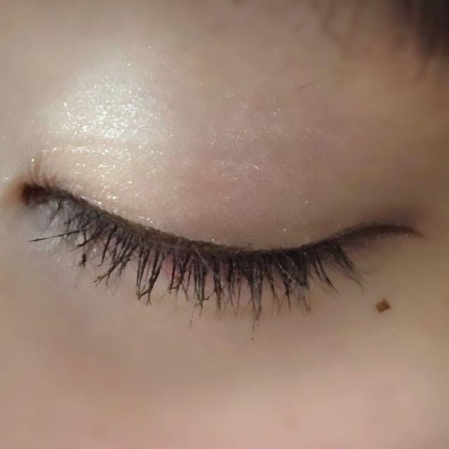 ブラウンを目のキワに塗り、 目尻から3ミリくらいはみ出して、 少したれ目気味になるようにアイラインを引きます。 マスカラを軽く塗ります。