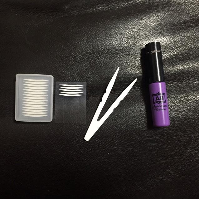 二重にするアイプチはこの二つを使います。 紫色のABの二重のりでも十分ですが最近はテープで埋没してからのりを重ね塗りしてます。