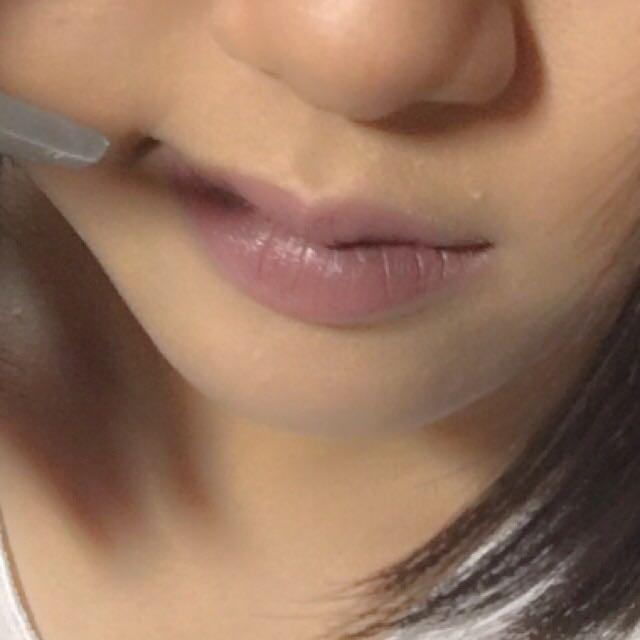 すごい不健康そうな唇は、ちふれのピンク系リップと黒色or茶色アイシャドウをまぜる。