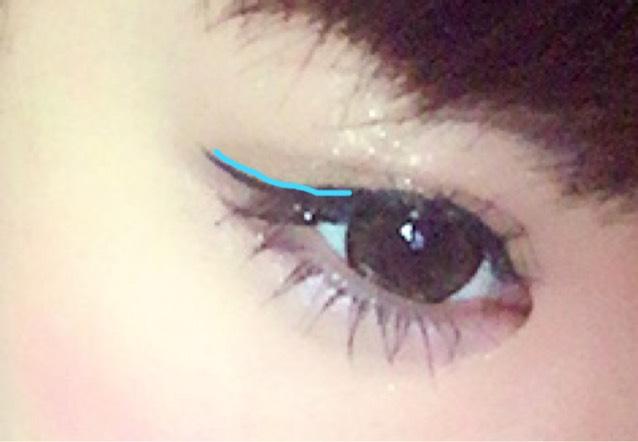 次に筆を少し寝かせて 青のラインの部分を 手鏡でバランスを 見ながら角度をつけて 書いていきます♡