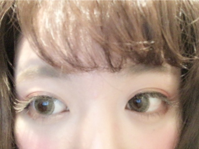 そして上瞼の目尻にクリームチークの赤を塗る