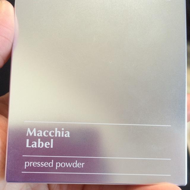 最後にマキアレイベルのプレストパウダー(おしろい)を顔全体に薄くはたきます