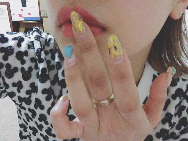 まず、キャンメイクのチェリーネリチークを口に塗って色をある程度つけます(´-`).。oO(