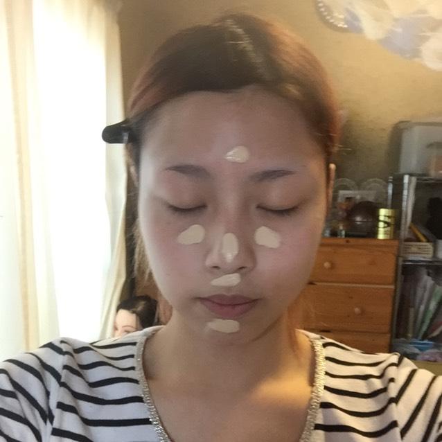 レブロンのカラーステイファンデーションの混合肌用を顔の中心におき、資生堂のファンデーションブラシで伸ばしていきます!