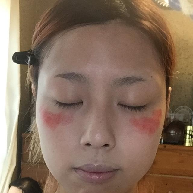 お粉を重ねる前に頬にチークを仕込みます! 私はキャンメイクのリップを塗りますが、普通のリップ&チークでも大丈夫です!