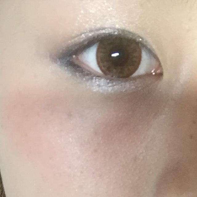 アイラインを引く前です 涙袋のあたりも薄くシルバーを塗り、目の縁はブラックで細く描いていきます!