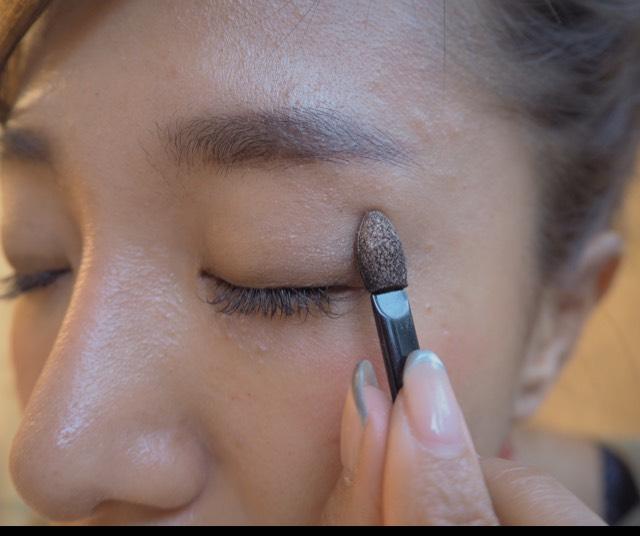 リンメルのシャドウ、上から2番目を、ブラシとチップを使って、目のキワと目尻のところは円を描くように堀をつけます。