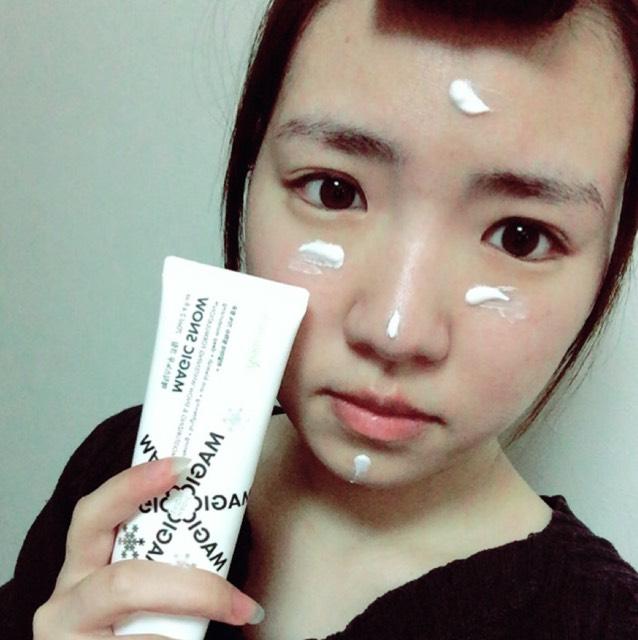 しっかりと保湿をした後に、韓国のAprilskinのマジックスノークリームを全顔に塗ります。こちらは肌を白くしてくれるクリームです。