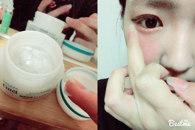 保湿用のクリームや乳液を目の下につけます。