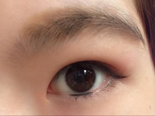 黒目の下の粘膜にもアイラインを。