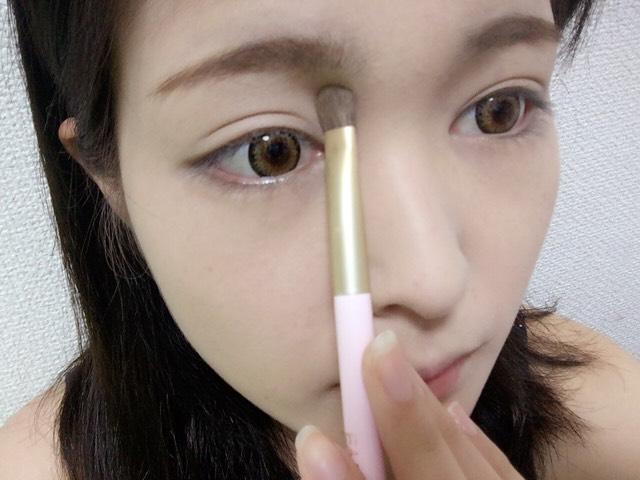 KATE( アイブロウ )で使った一番薄い色をノーズシャドウとして眉頭から鼻筋に沿って軽くのせます