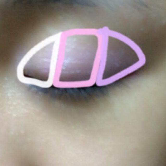 まず、上まぶたは目頭にホワイト、真ん中にピンク、目尻に明るいパープルになるようにのせる。縦のグラデに!
