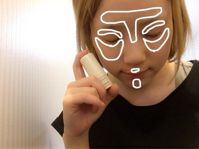 白い枠部分に CEZANNEのスティックのハイライトを入れます。  指に少量とり 指でポンポンとのせた方が自然にハイライトが入りました!