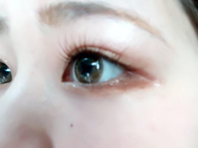 NARSのアイシャドウ3045番の右側の赤茶色を目の下、目尻から黒目のしたぐらいまで塗って目を引き締めます(  ˶˙ᴗ˙˶  )