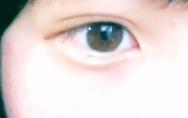 目の下5〜6ミリくらいに茶色のアイシャドウで横に線を入れる。 目の下のふちとアイシャドウをつけたところの間を白のラメが入ったアイシャドウを塗る。