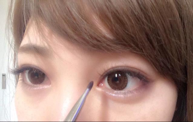 目のキワに濃いめのブラウンを使います。ここではADDITION ザ アイシャドウのDrop Out 084を細めに乗せます。下まぶたの目尻にも乗せて、少しタレ目になるようにぼかします。