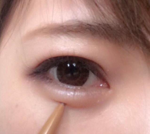 涙袋を強調するために、まぶたに影を作ります。あまり全体に引きすぎないように薄い茶色で目の中央部分のみ二往復程度引きます。INTEGRATE(インテグレート)のマイクロスリムアイブローのBR741を使用。ここで引く時のアイテムが重要で、私が色々試してきた中でこれが一番自然で良かったです!