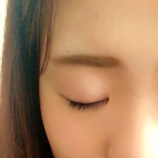 眉は 眉山を消して平行眉をつくります。短めに、眉頭から眉尻にかけて段々細くします。