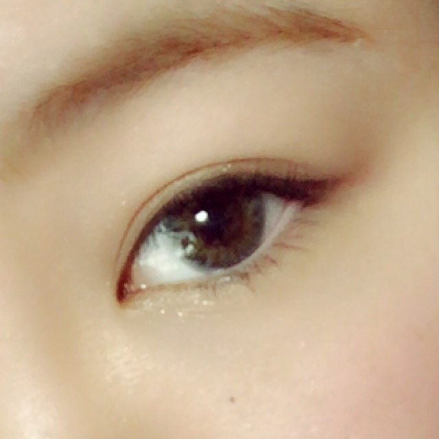 次に涙袋に白っぽいラメを目頭から黒目の半分位まで入れ濃い茶色を目尻から少し上げるように入れる。