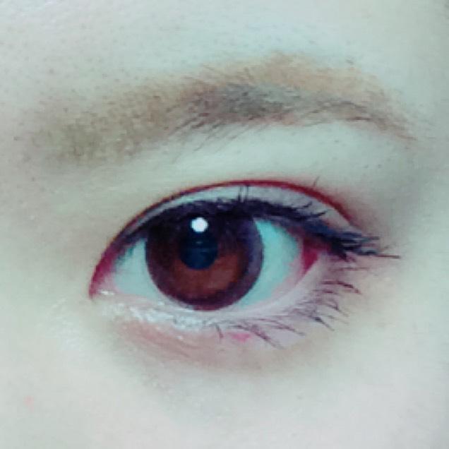 眉毛は太過ぎかな?ってぐらいに描きます。目頭の丁度上ぐらいから平行気味に描きます。瞳はカラコン無しでも良いと思います。 下まつげのマスカラもお好みで塗らなくても大丈夫かと!