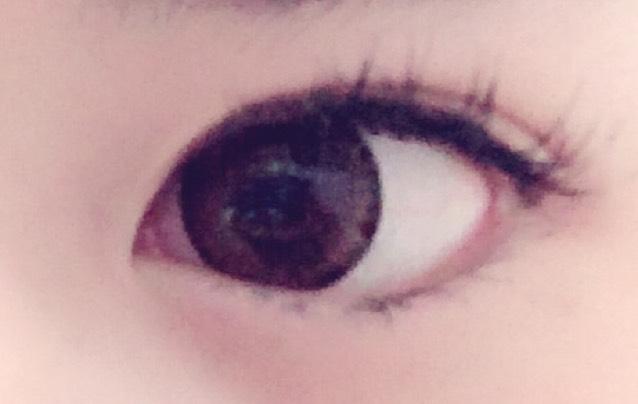 もともと奥二重なので 目をぱっちり見せるためにバンドエイドでメザイクしております。