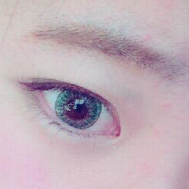 眉毛は髪の毛の色より明るい色で、太めの並行眉にします。