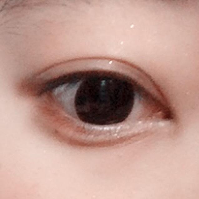 次に、目の下です。 目尻から黒目の半分まで赤をのせます!  赤を入れ終わったら残りの半分に白をのせます!