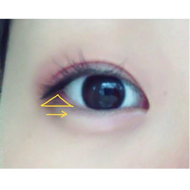 下瞼はまず画像のところにヴィセの1番暗い色をチップでのせてください。 少しタレ目のようになります。