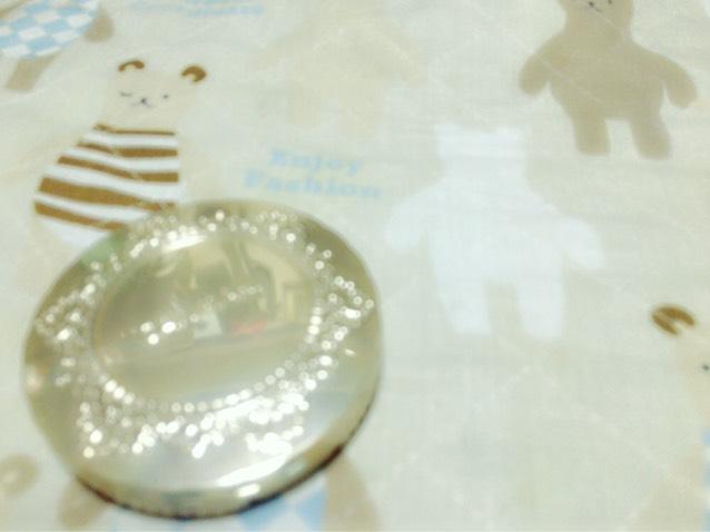 こちらは[ キャンメイク / マシュマロフィニッシュパウダー MO ]です!付属のパフでのせるとちょっと厚塗り感があって粉っぽくなる気がしたので私は使う時パウダーブラシでのせてます!¥1000位でした!