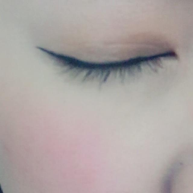 アイラインは目を閉じた時に真っ直ぐに見えるように描き、目尻側を少し長めに太く描いていきます。