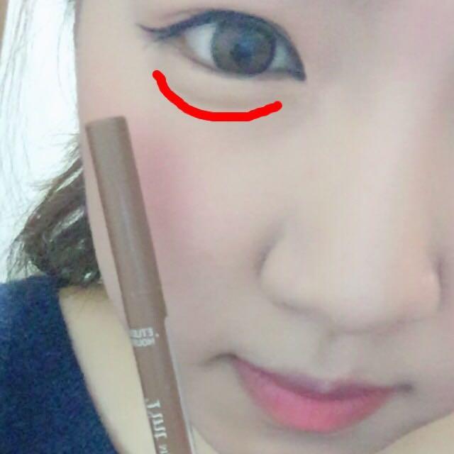 エチュードの眉ティントの1番明るいカラーで涙袋の影を描いていきます。ティントで描くことで時間がたってもにじみずらくなります。涙袋には先程使ったミシャのアイシャドウをのせます。