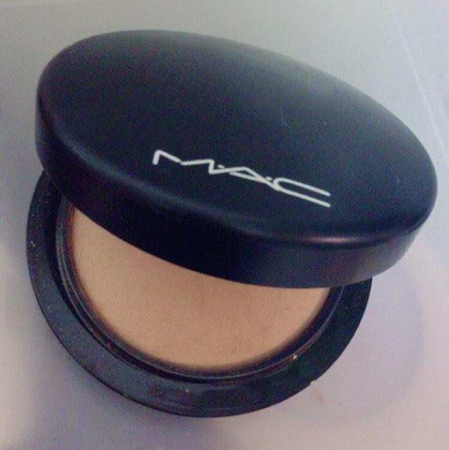 シェーディングはMACのミネラライズスキンフィニッシュのミディアムダークを使って、頬骨、フェイスラインにつけます。