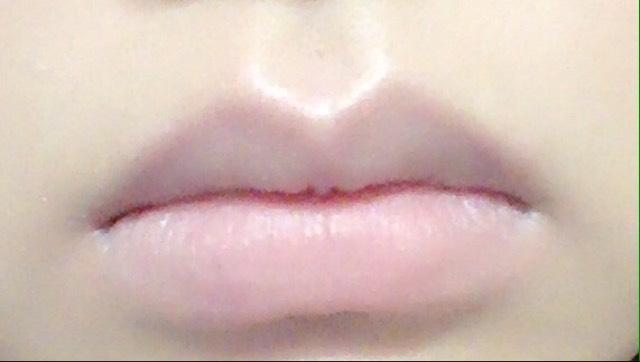 まずコンシーラーで唇の赤みを薄くします。 私はキャンメイクのリップコンシーラーモイストインを塗った後、指でポンポンして馴染ませました。その後に毛穴パテ職人のBBミネラルパウダーを薄く付けて唇と肌の境目を馴染ませました。