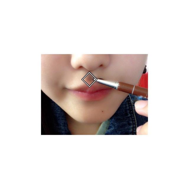 アイブロウペンシルで、鼻の下にダイヤ型の影を描きます。  コットンかなにかでぼかして!
