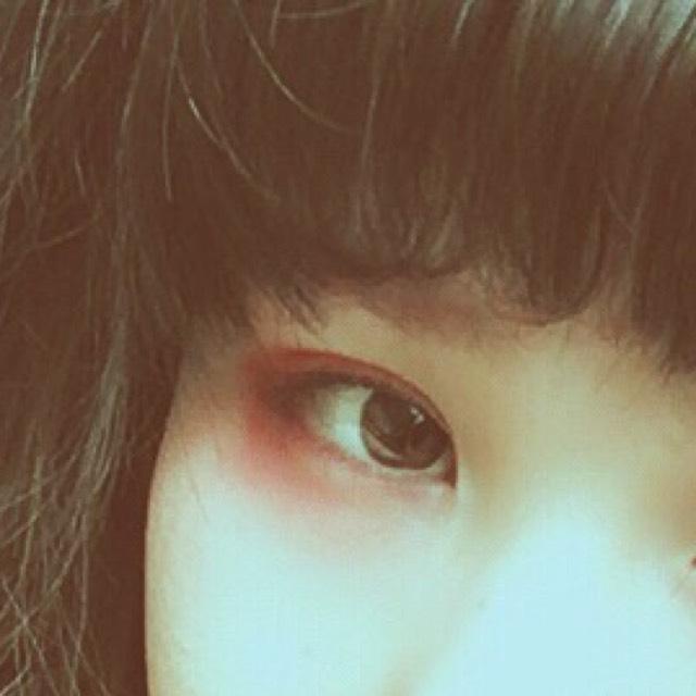 目もとはリンメルのチーク(真ん中の赤)を囲むようにのせる。 マスカラは上下塗る。