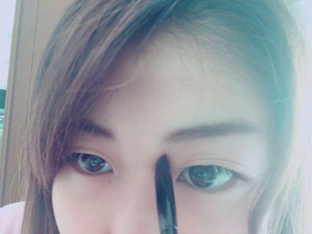 ケイトのパウダーアイブロウの濃い色と薄い色をまぜて眉に重ねて眉頭がぼけるように塗り眉をうめて、薄い方の色を眉の下、鼻筋をのせて影を作る。