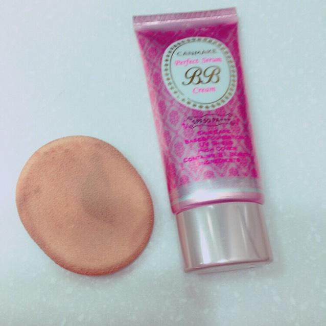 BBクリームを塗り、肌になじませるようにポンポンとスポンジで叩く。