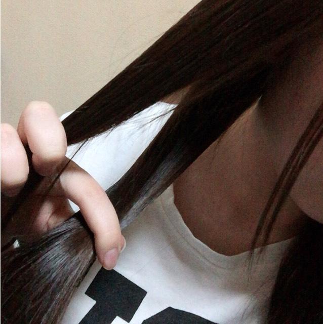 まず、髪の毛を二つに分けます。