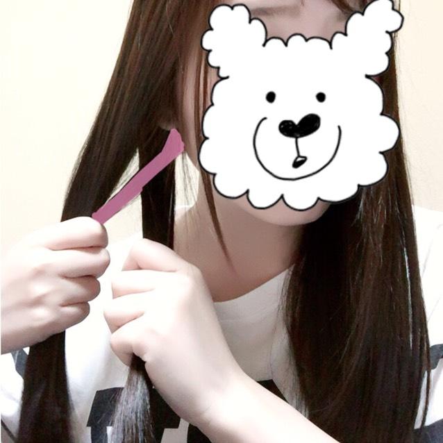 少し取り分けた髪を もう片方の髪の毛の束の内側に持っていきます。(ピンク部分)