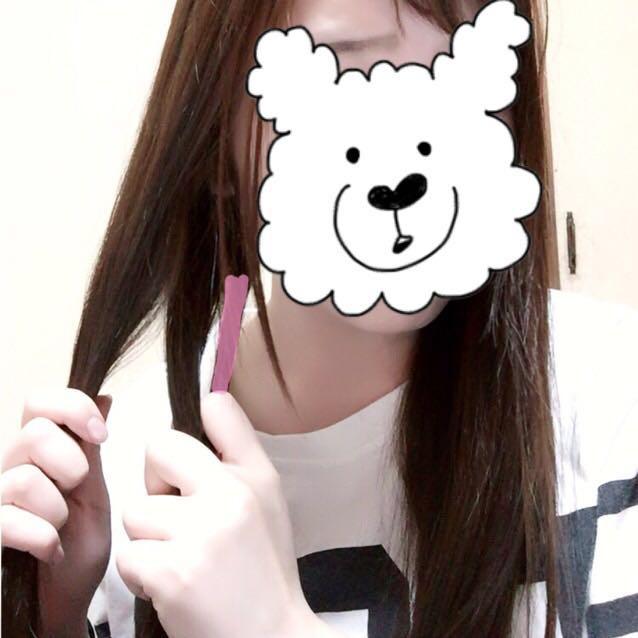 二つに分けた片方の髪の毛の外側を少し取ります。ピンク部分(髪の毛を取る分が少ないほど細かなフィッシュボーンになります)