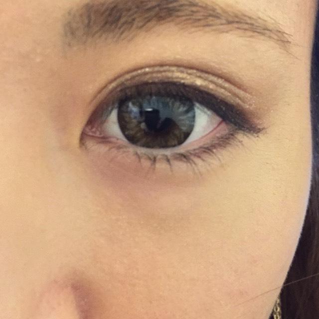 黒目の下より目尻側から目尻にも薄くアイライナー